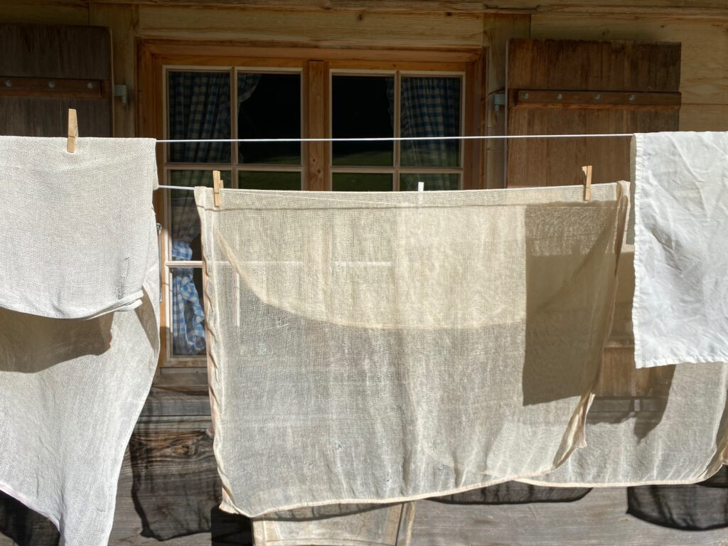 Kaestuecher beim Trocknen in der Sonne auf der Waescheleine